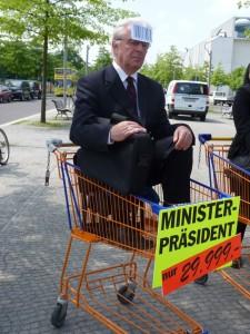 Ministerpräsident im Einkaufswagen