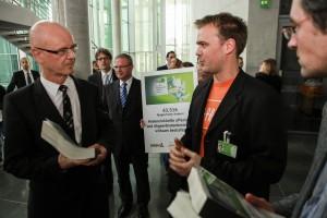 Siegfried Kauder änderte seinen Kurs beim Thema Abgeordnetenbestechung - aber der Rest von Schwarz-Gelb mauert weiter.  Foto: Unterschriftenübergabe Okt. 2012