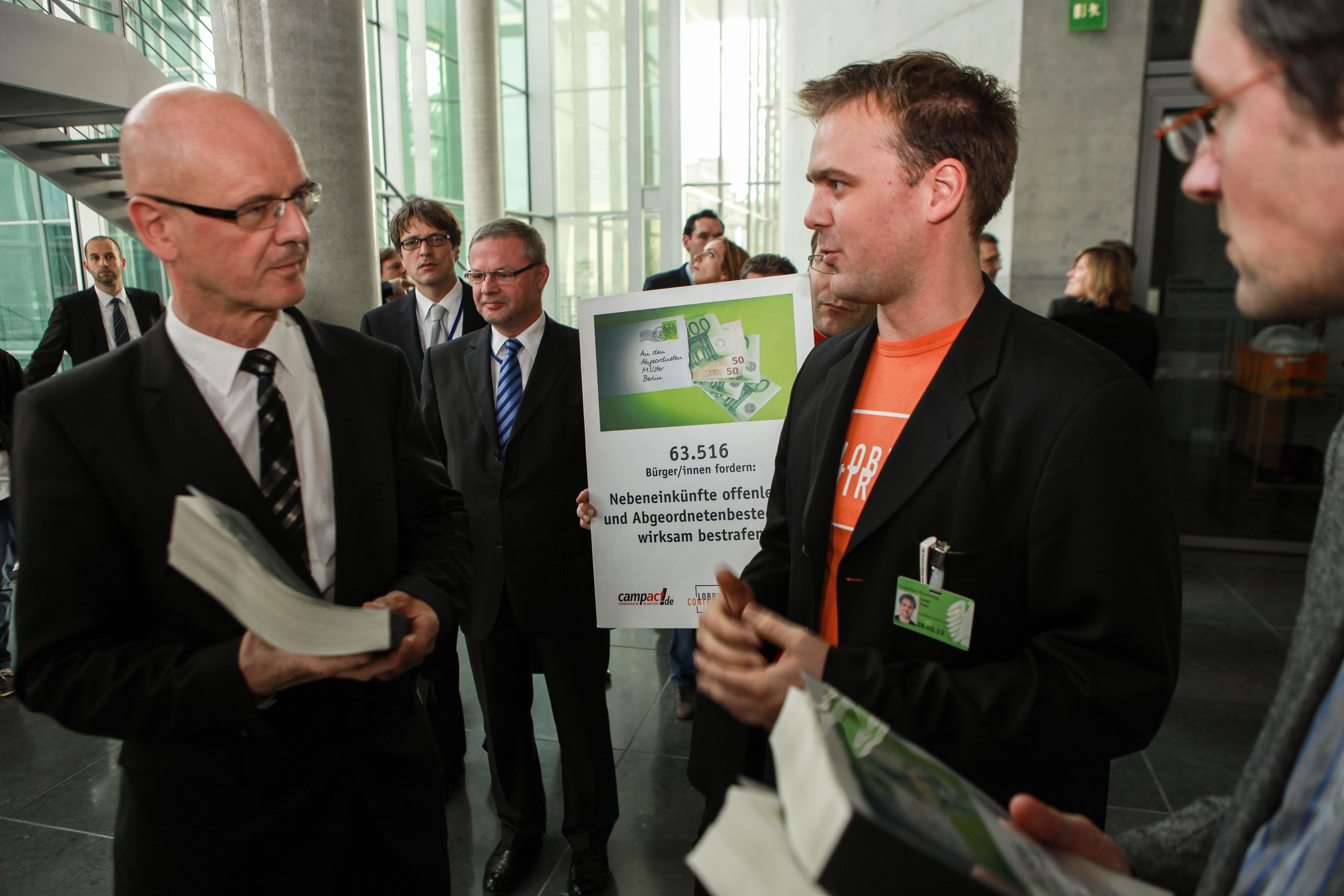 Siegfried Kauder änderte seinen Kurs beim Thema Abgeordnetenbestechung - aber der Rest von Schwarz-Gelb mauert weiter.  Foto: Unterschriftenübergabe mit Campact und Transparency im Okt. 2012
