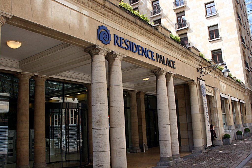 Das Bild zeigt den Eingang des Residence Palace direkt gegenüber der EU-Kommission in Brüssel. In dem Gebäude hat die Bertelsmann Stiftung ihren Sitz.