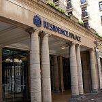 Das Bild zeigt den Eingang des Residence Palace, direkt gegenüber der EU-Kommission in Brüssel. Darin sitzt die Bertelsmann Stiftung.
