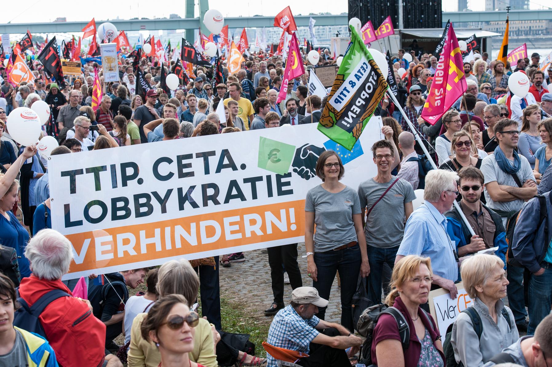 TTIP-CETA-Lobbykratie verhindern: LobbyControl bei der Auftaktkundgebung an der Deutzer Werft.