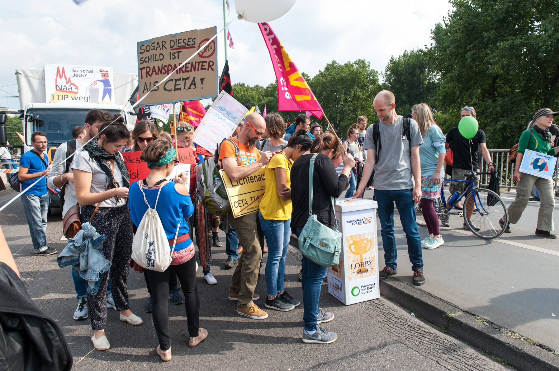 Demoteilnehmer/Innen stimmen über den dreistesten TTIP-Lobbyisten ab.