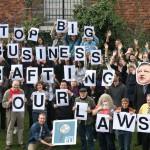 """Das Bild zeigt Mitglieder der Allianz für Lobbytransparenz und ethische Regeln (ALTER-EU). Sie fordern, dass Unternehmenslobbyistenicht weiter an unseren Gesetzen mitschreiben (""""stop big business drafting our laws."""")."""
