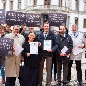 Foto der LobbyControl-Protestaktion Anfang Mai vor dem Hessischen Landtag