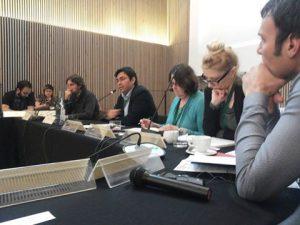 Das Bild zeigt Sharon Treat und den stellvertretenden Bürgermeister von Barcelona bei der Zusammenkunft TTIP-freier Kommunen.