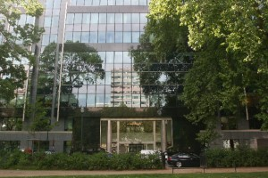 Das Foto zeigt das Gebäude, in dem sich die Büros des Bayer Konzerns in Brüssel befinden.