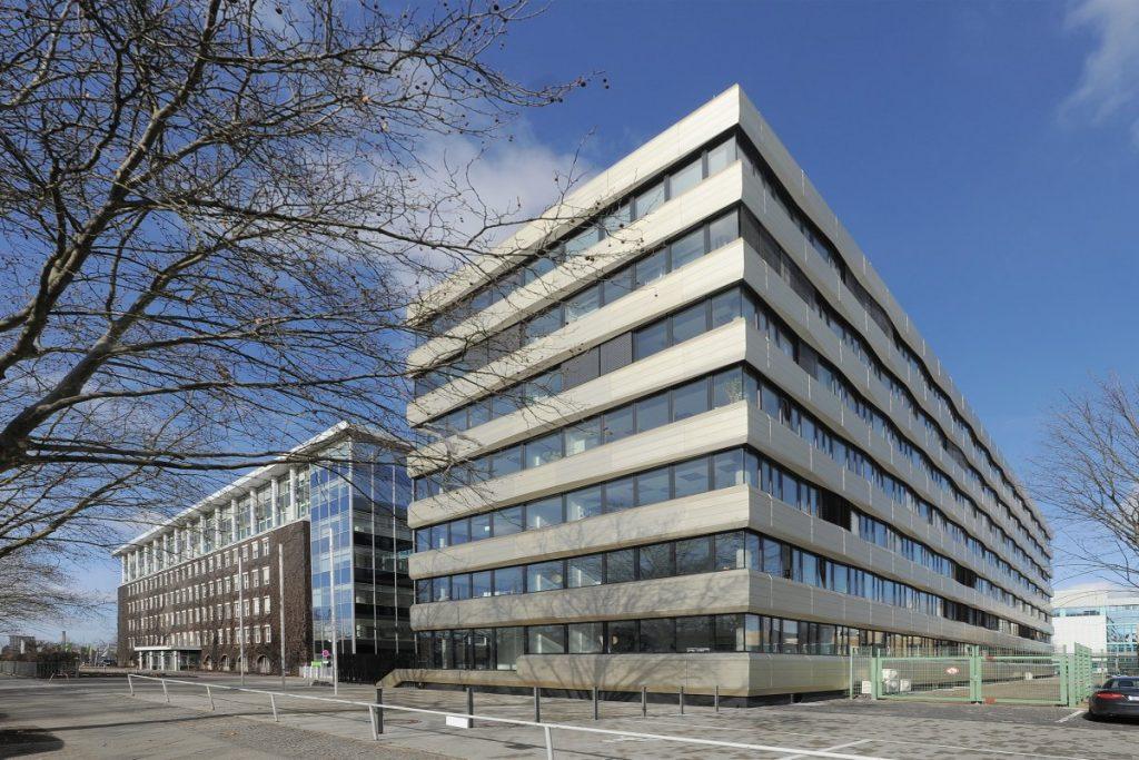 Zentrale des Bundesinstitus für Risikobewertung (BfR) in Berlin. Bild: Bundesinstitut für Risikobewertung; Laborgebäude und Bürogebäude; Lizenz: CC BY-SA 3.0.