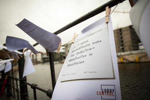 Botschaften an der Brücke vor dem Reichstag