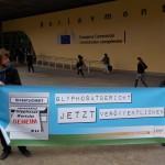 Nina Katzemich und Max Bank bei der Unterschriftenübergabe - nur der Vertreter der EU-Kommission fehlt