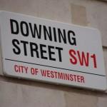Das Bild zeigt das Straßenschild der Downing Street. Dort befindet sich der offizielle Amts- und Wohnsitz von zwei der wichtigsten britischen Regierungsmitglieder – des Premierministers und des Schatzkanzlers.