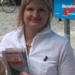 Die AfD-Politikerin Ebner-Steiner mit Deutschland-Kurier am Wahlkampfstand, Aug 201