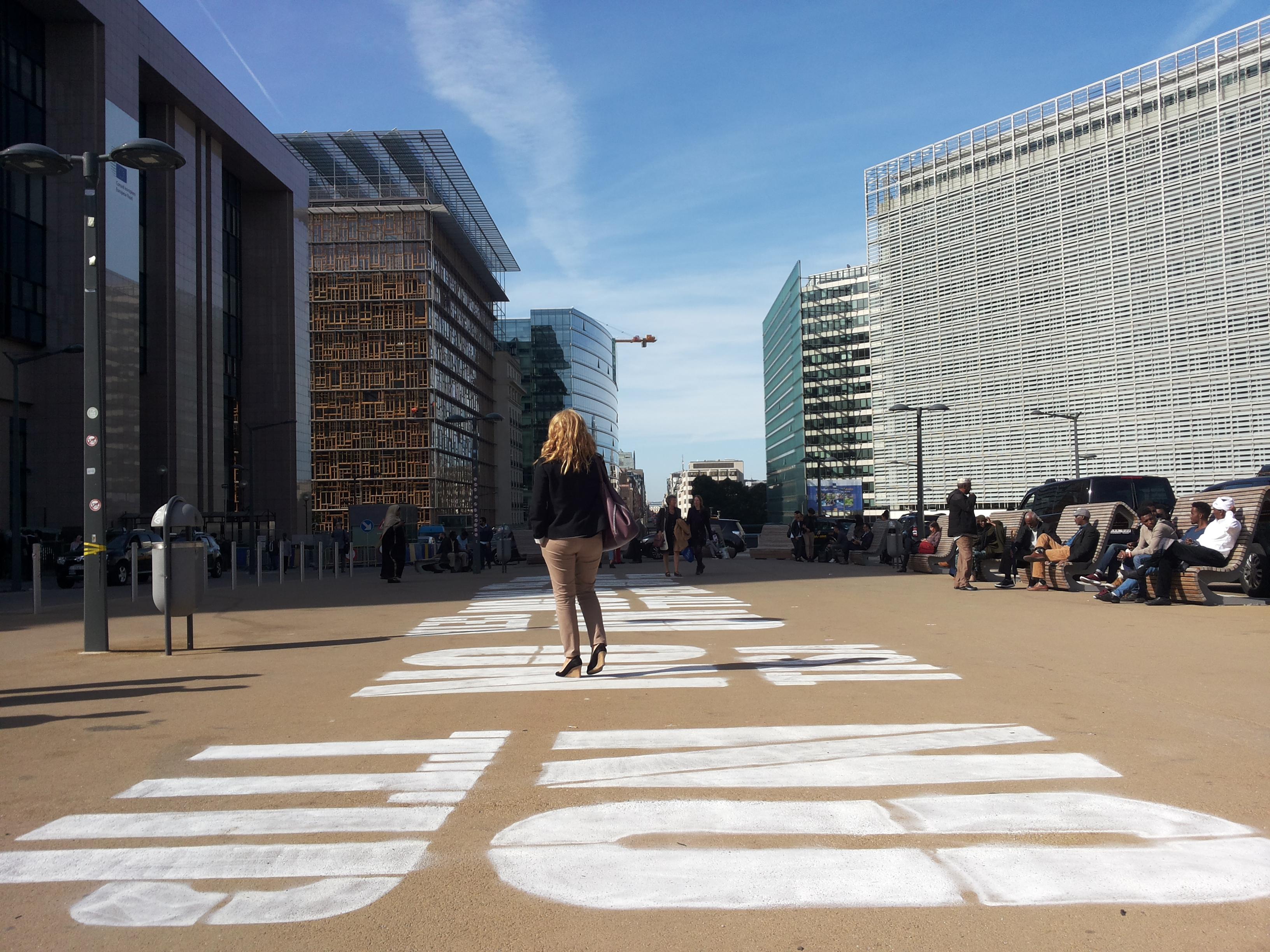Während der letzten Aktionswoche in Brüssel gegen TTIP, CETA und TiSA wurde der Platz zwischen Rat und Kommission bemalt.
