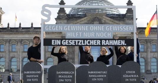 Aktion der Initiative Lieferkettengesetz vor dem Bundestag