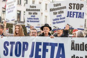 LobbyControl Aktive bei Protesten gegen die JEFTA-Ratifizierung in Brüssel. © LobbyControl.
