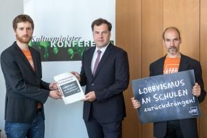 Unterschriftenübergabe Lobbycontrol