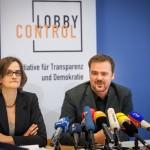 Das Foto zeigt Imke Dierßen und Timo Lange bei der Vorstellung des Lobbyreports 2015.