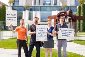 LobbyControl-Protestaktion vor dem Kanzleramt gegen die Macht des Geldes. Foto: J. Huber/ LobbyControl
