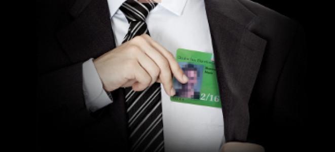 Ein anonymer Lobbyist zeigt seinen Bundestags-Hausausweis