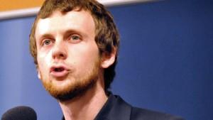 Das Foto zeigt Max Bank von LobbyControl bei einem Vortrag.