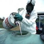 Ein Monsanto Pestizid wird für die Versprühung auf dem Feld vorbereitet.