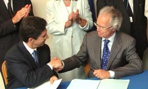 Michel Petite (rechts) 2004 in seiner Tätigkeit als EU-Beamter bei der Unterzeichnung des EU-Übereinkommens über Zigarettenschmuggel mit dem damaligen Philip Morris CEO, Andre Calantzopoulos. Photo: ec.europa.eu