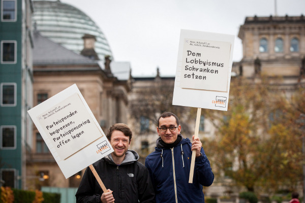 Plakate vor Bundestag-Aktion-Koalitionsverhandlungen