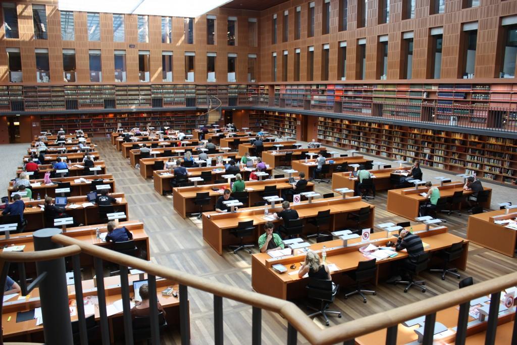 Das Foto zeigt den Lesesaal der Sächsischen Staatsbibliothek in Dresden. Dieser ist im Gegensatz zum TTIP-Lesesaal für die Öffentlichkeit zugänglich.