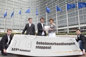 Das Foto zeigt uns bei der Übergabe der mehr als 16.000 Unterschriften gegen die TiSA-Geheimverhandlungen an Kabinettschefin Maria Asenius.