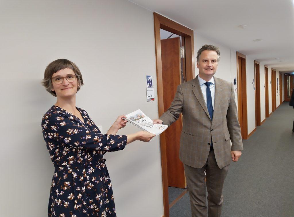 Imke Dierßen, Politische Geschäftsführerin, übergibt über 32.500 Unterschriften des Lobbyregister Appells an Staatssekretär Krings