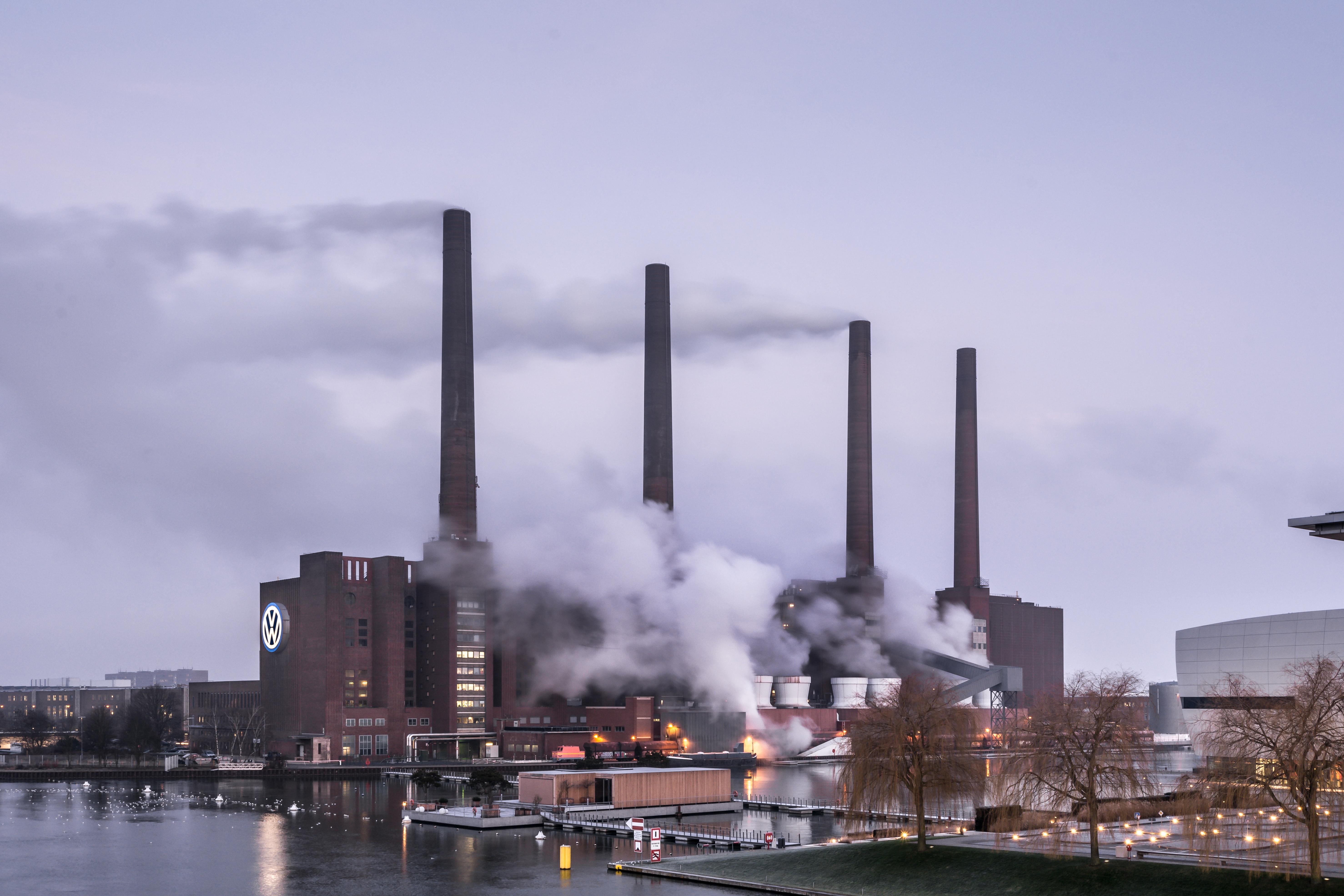 Rauchende Schornsteine und grauer Himmel: Das Volkswagen-Werk in Wolfsburg.