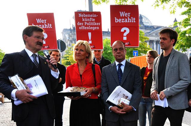 Unterschriftenübergabe und Aktion zur Offenlegung der Nebeneinkünfte von Politikern, Mai 2011 - © Alle Rechte vorbehalten von campact