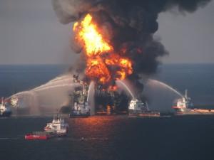 Löscheinsatz im Kampf gegen das Feuer auf der BP-Bohrinsel Deepwater Horizon, aufgenommen von einem Helikopter der US-Küstenwache. Quelle: wikicommons. Lizenz: Public Domain