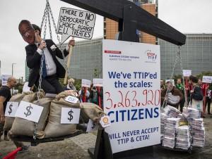 Mahnung an Juncker: Der Wille von Millionen EU-Bürger/innen wiegt schwerer als die Euro-Millionen der TTIP-Lobby.