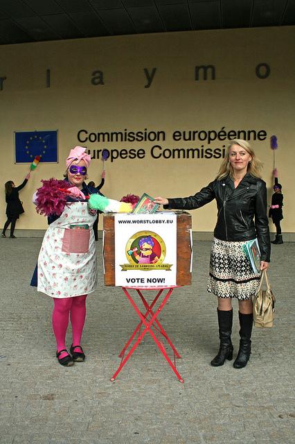 Die österreichische Europaabgeordnete Evylin Regner (Sozialdemokraten) wirft ihren Stimmtzettel für den schlimmsten Lobbyisten in Brüssel in die Wahlurne.