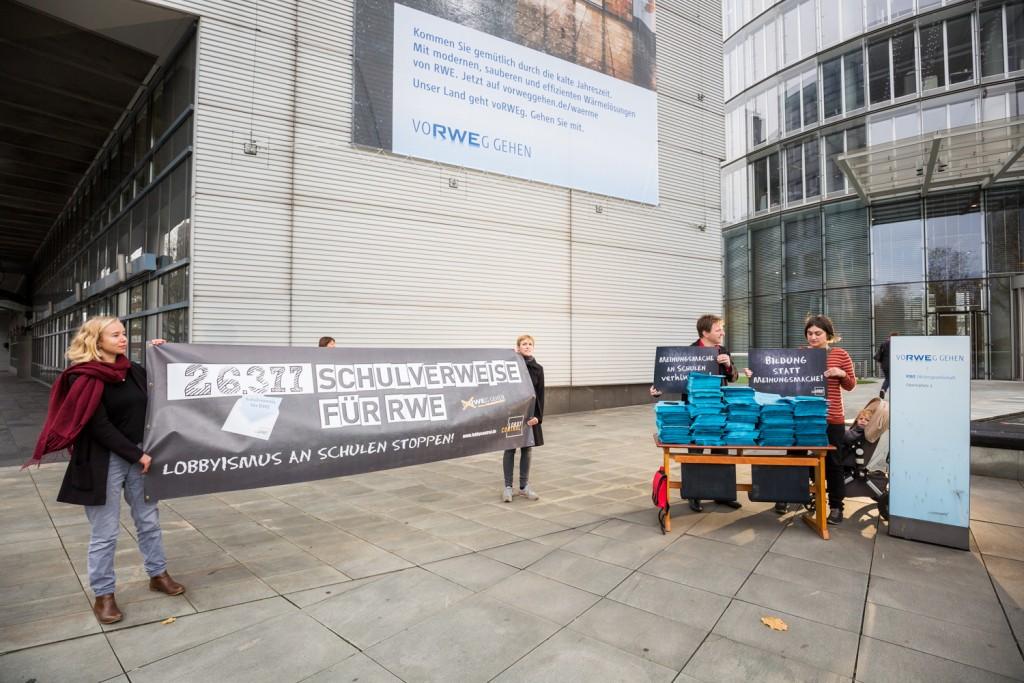 """Unsere Protestaktion vor der Konzernzentrale von RWE: """"Schulverweise für RWE - Lobbyismus an Schulen stoppen!"""" Foto: Muchnik/LobbyControl"""