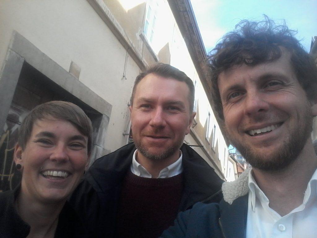 Pia Eberhardt (Corporate Europe Observatory), Stuart Trew (CCPA) und Max Bank (LobbyControl) auf dem Weg zum Vortrag zu CETA in der slowenischen Hauptstadt Ljubljana.