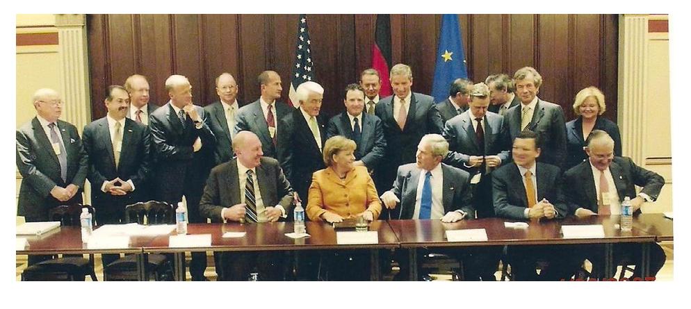 Screenshot der Webseite des Transatlantic Business Councils (TABC), dessen Vorläufer der Transatlantic Business Dialogue (TABD). Darauf Bundeskanzlerin Merkel und US-Präsident George W. Bush, im Hintergrund zahlreiche CEOs von Konzernen.