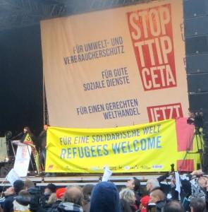 Das Foto zeigt die Bühne der TTIP-Demo. Auf der Bühne fand unter anderem eine Soli-Aktion für Flüchtlinge statt.