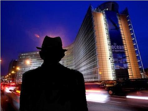 Mann - Schattenriss vor der EU-Kommission